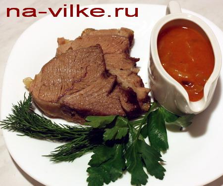 Запечённая лопатка баранины с соусом