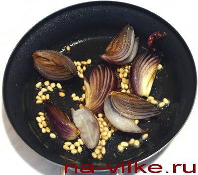 Лук и кедровые орешки