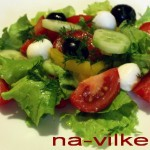 Салат из овощей и моцареллы