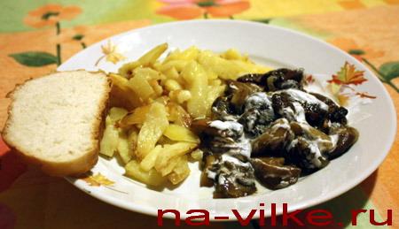 Грибы жареные с картофелем и сметаной