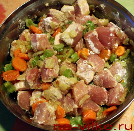 Свинина и овощи в сотейнике