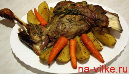Баранья лопатка с морковью и картофелем