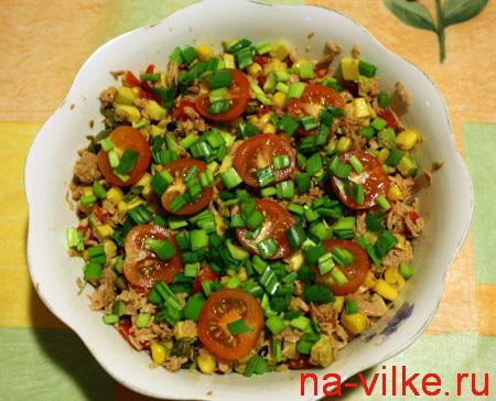 Салат с тунцом, авокадо и черри