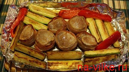Свиные медальоны с овощами в духовом шкафу