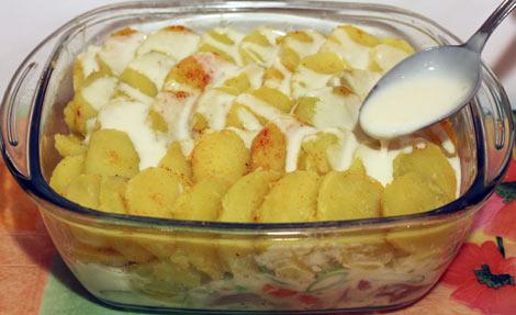 Выложили картофель и поливаем соусом