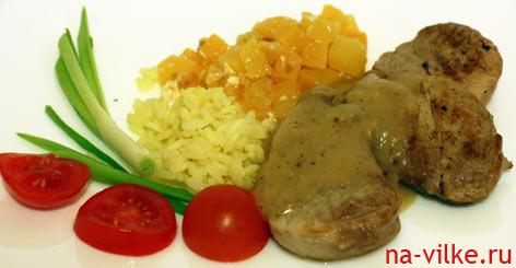 Свиная вырезка с гарниром из репы и рисом