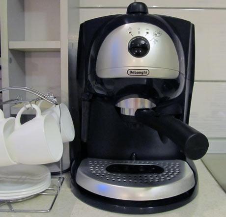 Кофеварка экспрессо Delonghi EC 410 B в интерьере кухни