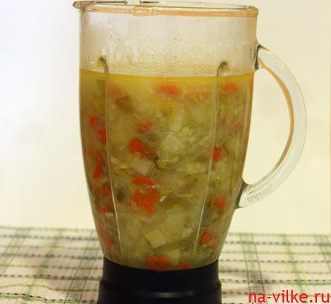 Картофельный суп в чаше блендера