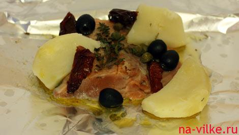 Филе горбуши на фольге с маслинами, картофелем