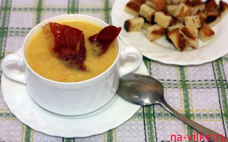 Суп пюре с цветной капустой, сыром, беконом и гренками