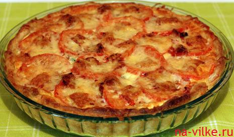 Открытый пирог с овощами, творожным сыром и беконом