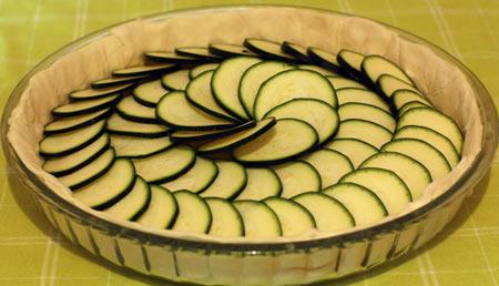 Укладываем кабачки на тесто