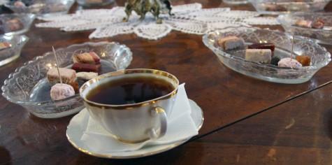 Пастила и чай на столе