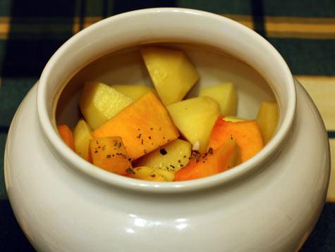 Сырые овощи в горшочке