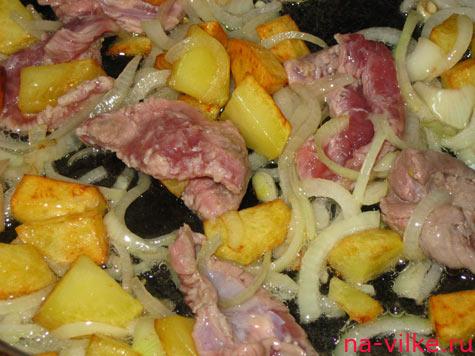 Картофель, лук и мясо обжарить