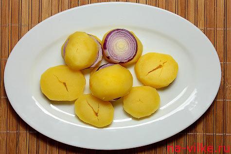 Отварной картофель и маринованный лук