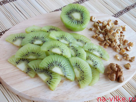 Режем киви и грецкие орехи