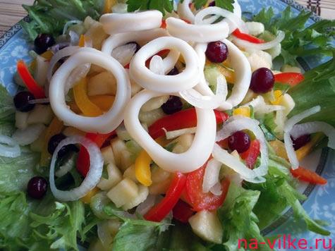 Салат с кальмарами, перцем и клюквой