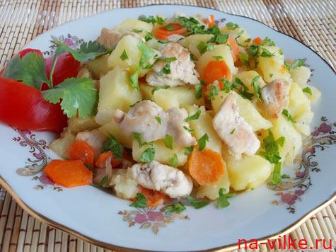 Тушеная картошка с кусочками куриной грудки