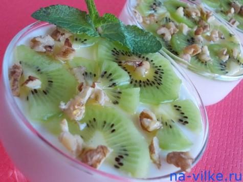 Творожный десерт с киви и грецким орехом