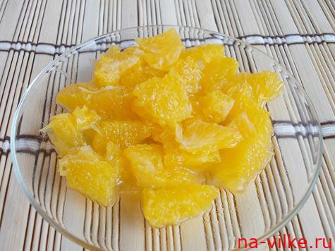 Апельсин разобрать на дольки и почистить