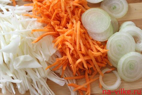 Нашинкованные капуста, морковь и лук