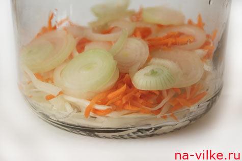 Укладываем слоями капусту, морковь, лук