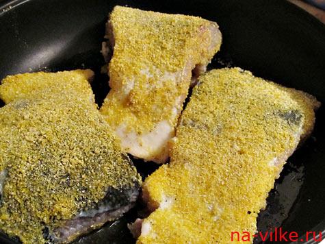 Рыба в панировке на сковороде