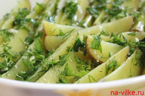 Выложить картофельные дольки на противень