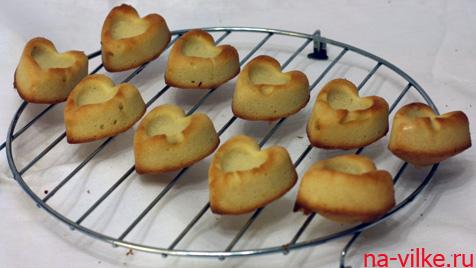 Пирожные остывают на решетке