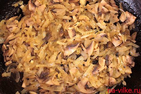 Лук и грибы обжарить