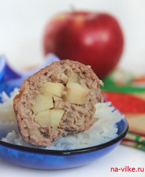 Тефтели в разрезе с яблоками