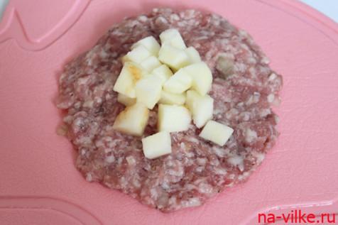 Формируем тефтели с яблочной начинкой