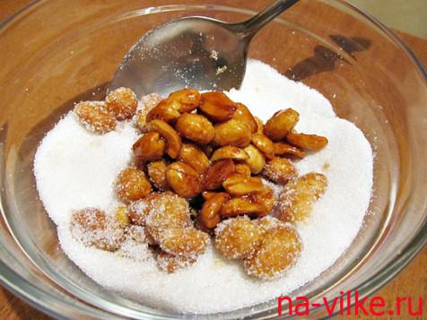 Обвалять арахис в сахаре