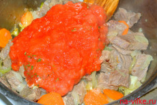 Добавить томаты к мясу