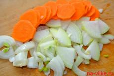Морковь и лук нарезать кружочками