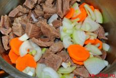 Мясо с морковью и луком