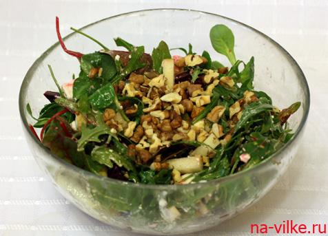 Салат с грушей и свеклой в миске