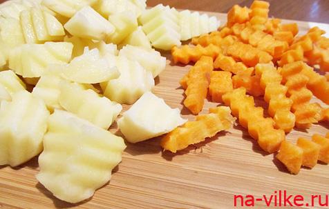 Картофель и морковь нарезать фигурным ножом