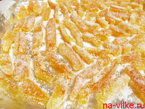 Обвалять апельсиновые корки в сахаре