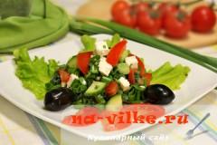 Салат из крапивы и свежих овощей с брынзой
