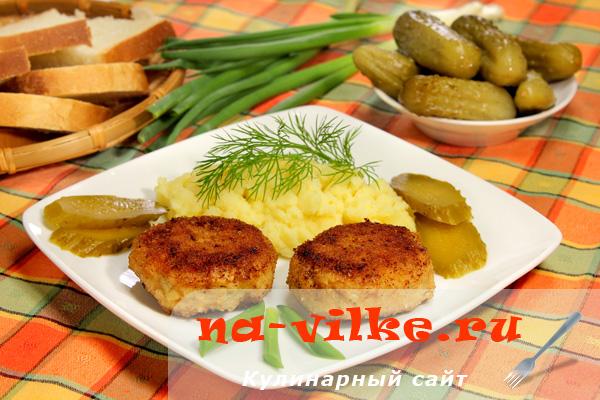 Мясные зразы с яйцом и солеными огурцами