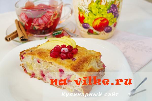 Творожная запеканка с яблоками и красной смородиной