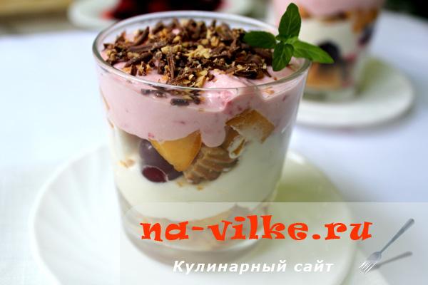 Десерт из творога и фруктов с печеньем