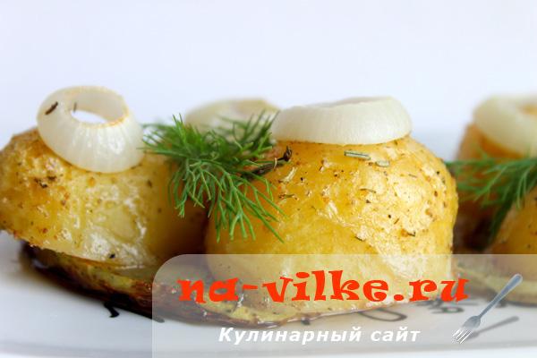 Молодой картофель с луком и кабачком в духовке