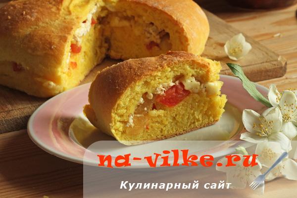 Кукурузный хлеб с сыром и овощами в духовке