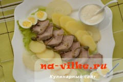 Салат с языком и перепелиными яйцами со сливочной заправкой с хреном