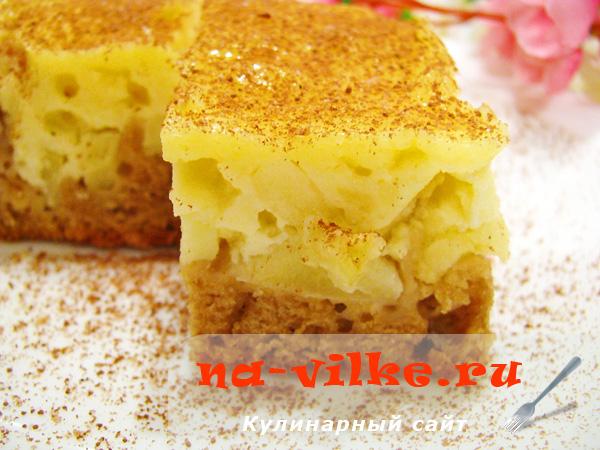 Пирожное с яблочной начинкой в сметанной заливке