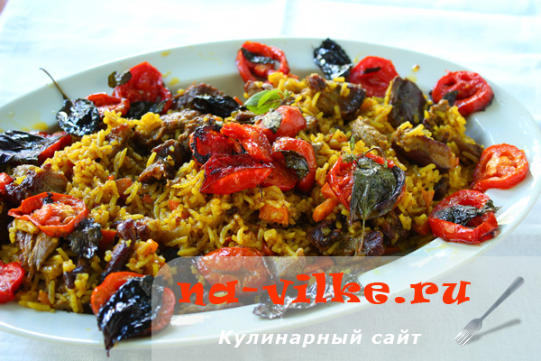 Плов на сковороде со свининой, томатами и базиликом
