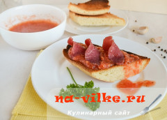 Тостады - испанские гренки с томатным соусом и бастурмой